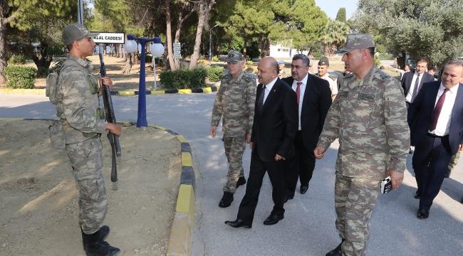 Bakan Işık, askeri birliklerde incelemelerde bulundu