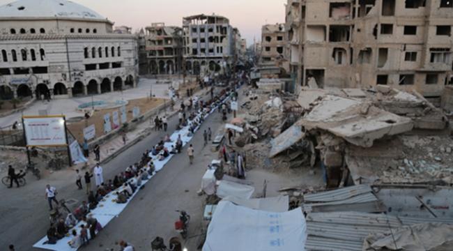 Suriyede 1 kilometrelik iftar sofrası