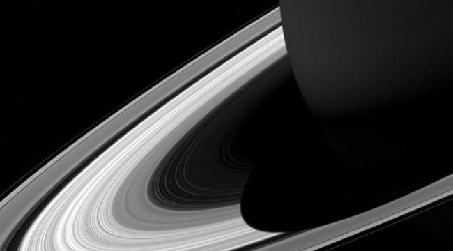 Cassini, Satürnün aydınlanma çizgisini görüntüledi