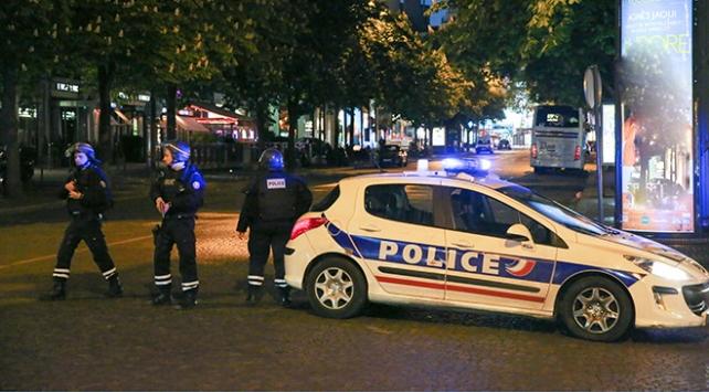 Pariste sığınmacıların tahliyesinde şiddet uygulayan polislere görevden uzaklaştırma cezası