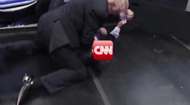 Trump bunu da yaptı! CNNi dövdü
