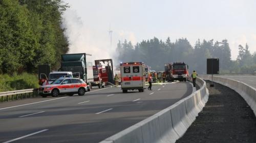 Almanya'da tıra çarpan otobüs alev aldı