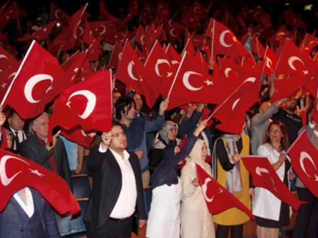 Hollandada yaşayan Türkler 15 Temmuz şehitlerini anıyor