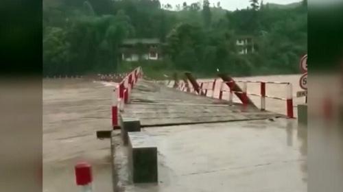 Çin sele teslim oldu
