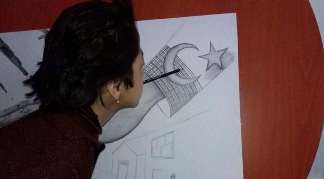 Engelli kız ağzıyla tuttuğu kalemle 15 Temmuzu resmetti