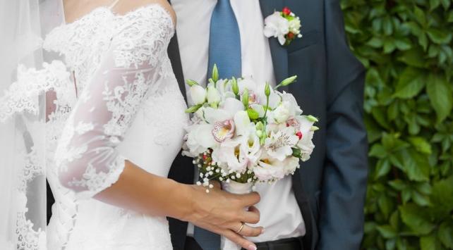 Evlenmekten vazgeçen kadın düğün yemeğinde evsizleri ağırladı