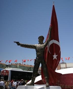 Şehit Ömer Halisdemir heykeli memleketi Niğdede törenle açıldı