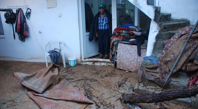 Çanakkalede ev ve iş yerleri su altında kaldı