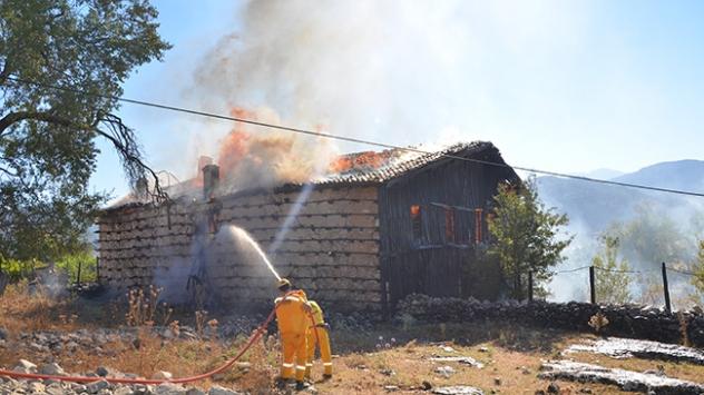 Antalyada 700 yıllık ahşap düğmeli ev yandı