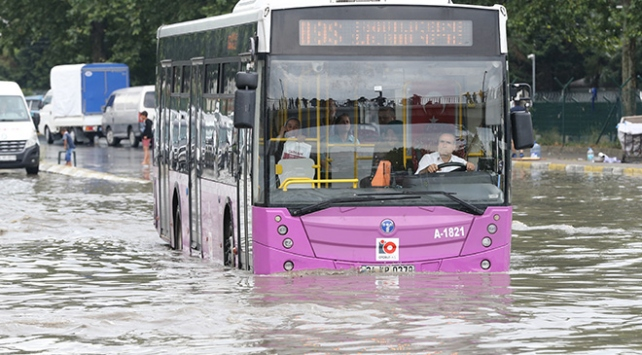 İstanbul şiddetli yağışa teslim oldu
