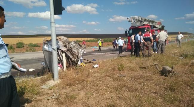 Kazada otomobil ikiye bölündü; otobüs tarlaya düştü
