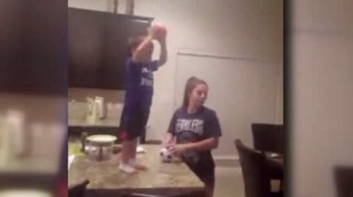 2 yaşındaki basketçi görenleri büyülüyor