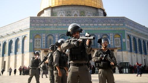 İsrail polisi Mescid-i Aksada cemaate müdahale etti
