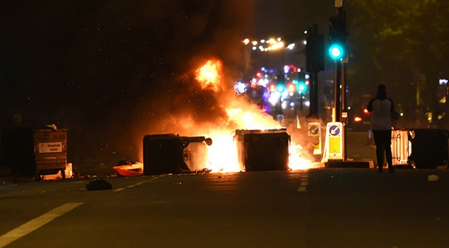 Londrada siyahi gencin ölümü halkı sokağa döktü