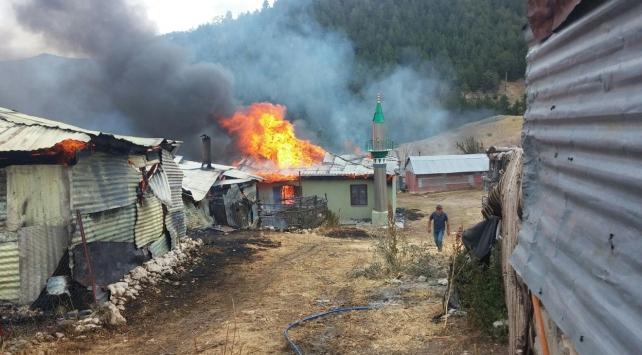 Erzincandaki yangında 1 mescit ile 15 ev yandı