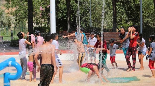 Gaziantepte çocuklar su oyunu parkında serinliyor