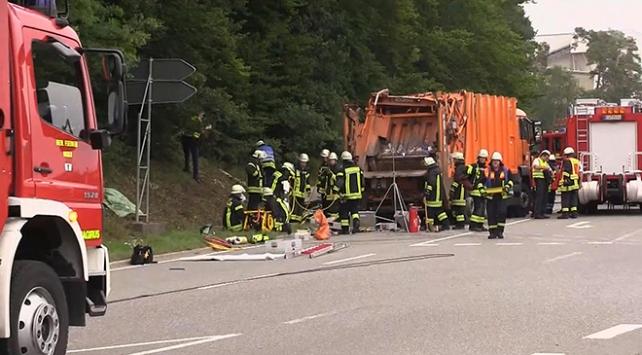 Çöp kamyonu aracın üzerine devrildi: 5 ölü