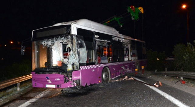 Ümraniyede özel halk otobüsü devrildi