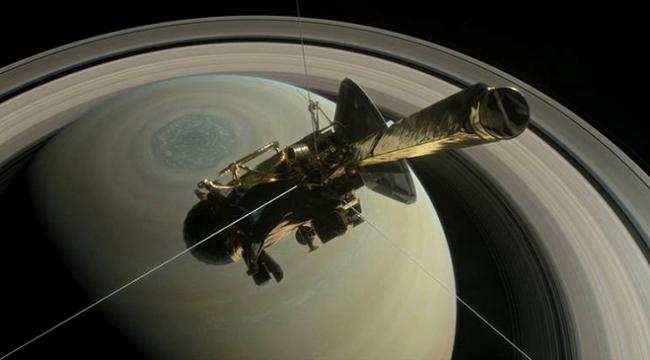 Satürnün atmosferine teğet geçti