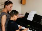 Doğuştan engelli 'küçük piyanist' yeteneği ile kendine hayran bırakıyor