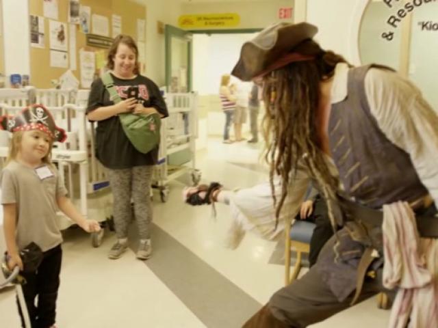 Hastanedeki çocuklara Kaptan Jack Sparrow sürprizi