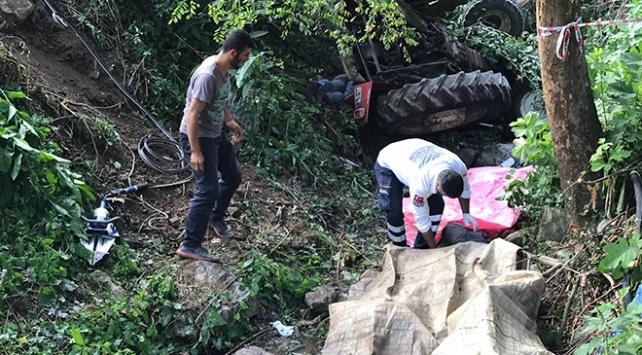 İşçileri taşıyan traktör devrildi: Ölü ve yaralılar var