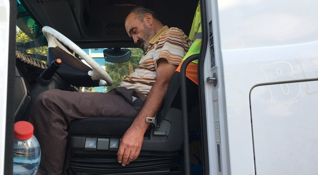 Alkollü tır sürücüsü yolun ortasında uyuyakaldı
