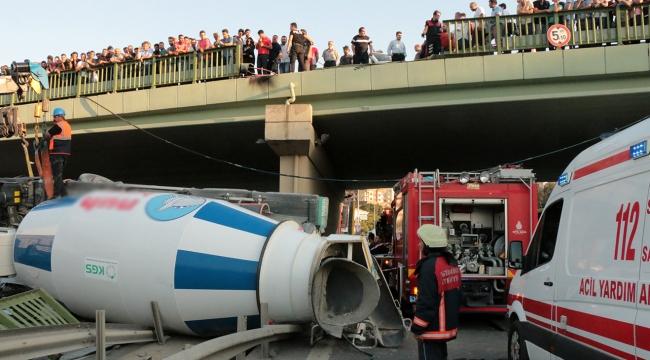 Beton mikseri köprüden aracın üzerine uçtu
