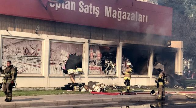 İzmirde toptan satış deposunda yangın