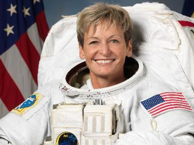 Rekortmen astronot Dünyaya döndü