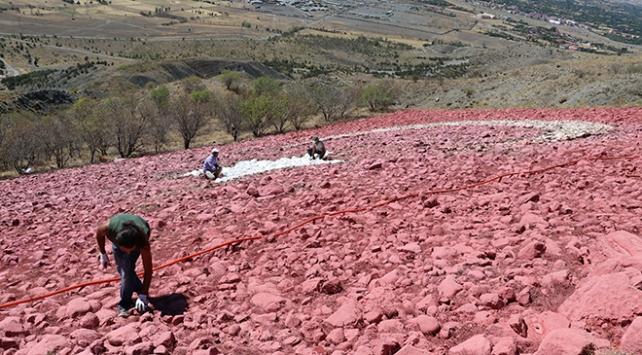 Taşlarla oluşturulan 2 bin metrekarelik Türk bayrağı