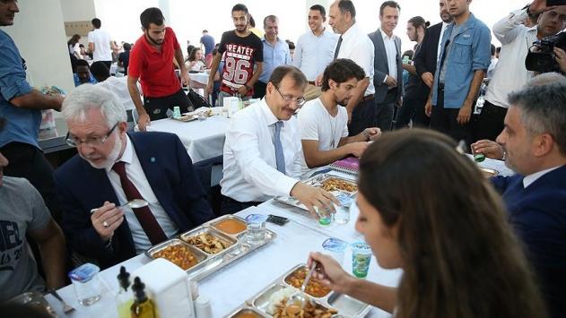 Başbakan Yardımcısı Çavuşoğlu öğrencilerle yemek yedi