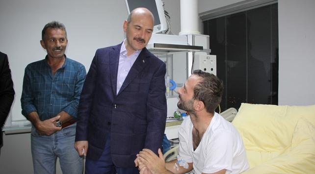 İçişleri Bakanı Soylu yaralı polisi ziyaret etti