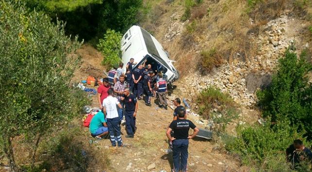 Tur midibüsü uçuruma yuvarlandı: 5 ölü, 26 yaralı