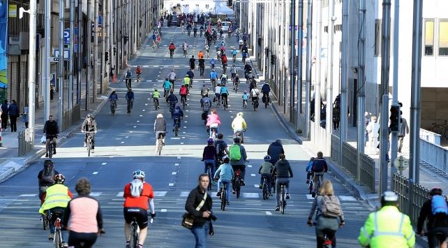 Brükselde cadde ve sokaklar yayalar ve bisikletlilere kaldı