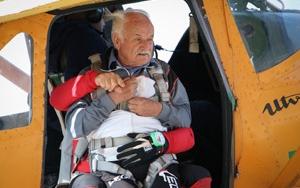 Paraşütle atlama hayalini 82 yaşında gerçekleştirdi
