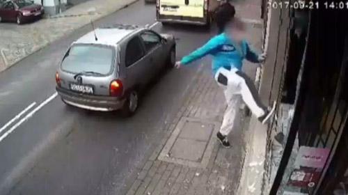 Dükkanın camlarını kırdı, kaçarken araba çarptı