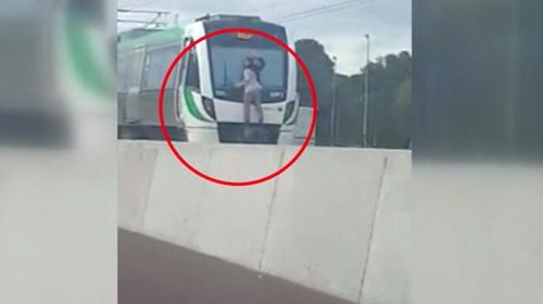 Tren camının sileceklerine tutunarak...