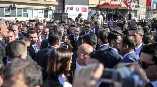 Cumhurbaşkanı Erdoğana Novi Pazarda sevgi seli