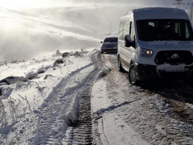 Yollar kar ve tipi nedeniyle ulaşıma kapandı