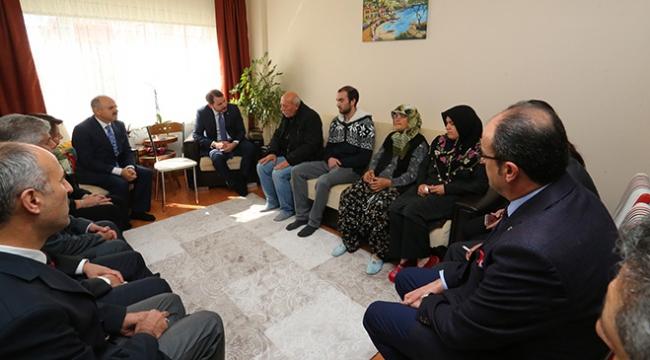 Bakan Albayraktan şehit Arıkanın ailesine taziye ziyareti