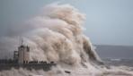 İngilterede fırtına alarmı: Dev dalgalar oluştu