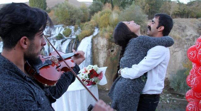 Şelalede keman eşliğinde sürpriz evlilik teklifi
