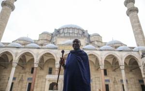 Kabile şefi Kiberenge İslamı tanımaya geldi
