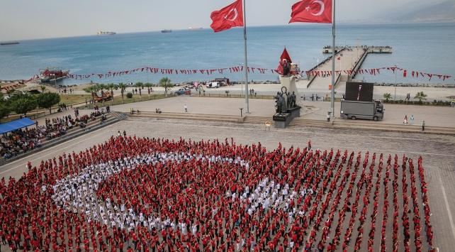 Bin 923 kişiden Türk bayrağı koreografisi