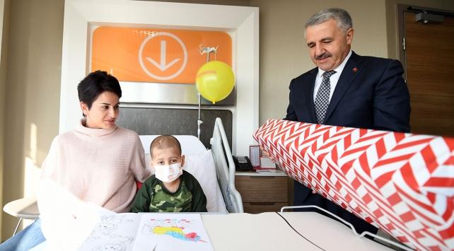 Bakan Arslandan küçük Samete hastanede ziyaret