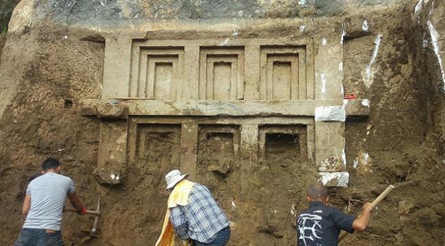 Demrede 2 bin 400 yıllık kaya mezarı bulundu