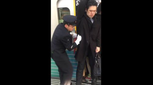 Tokyo'da metro yolculukları görenleri şaşkına çeviriyor