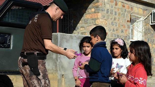 Özel harekat polislerinden çocuklara özel ilgi