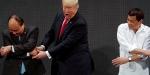 Trump el sıkışma töreninde şok oldu